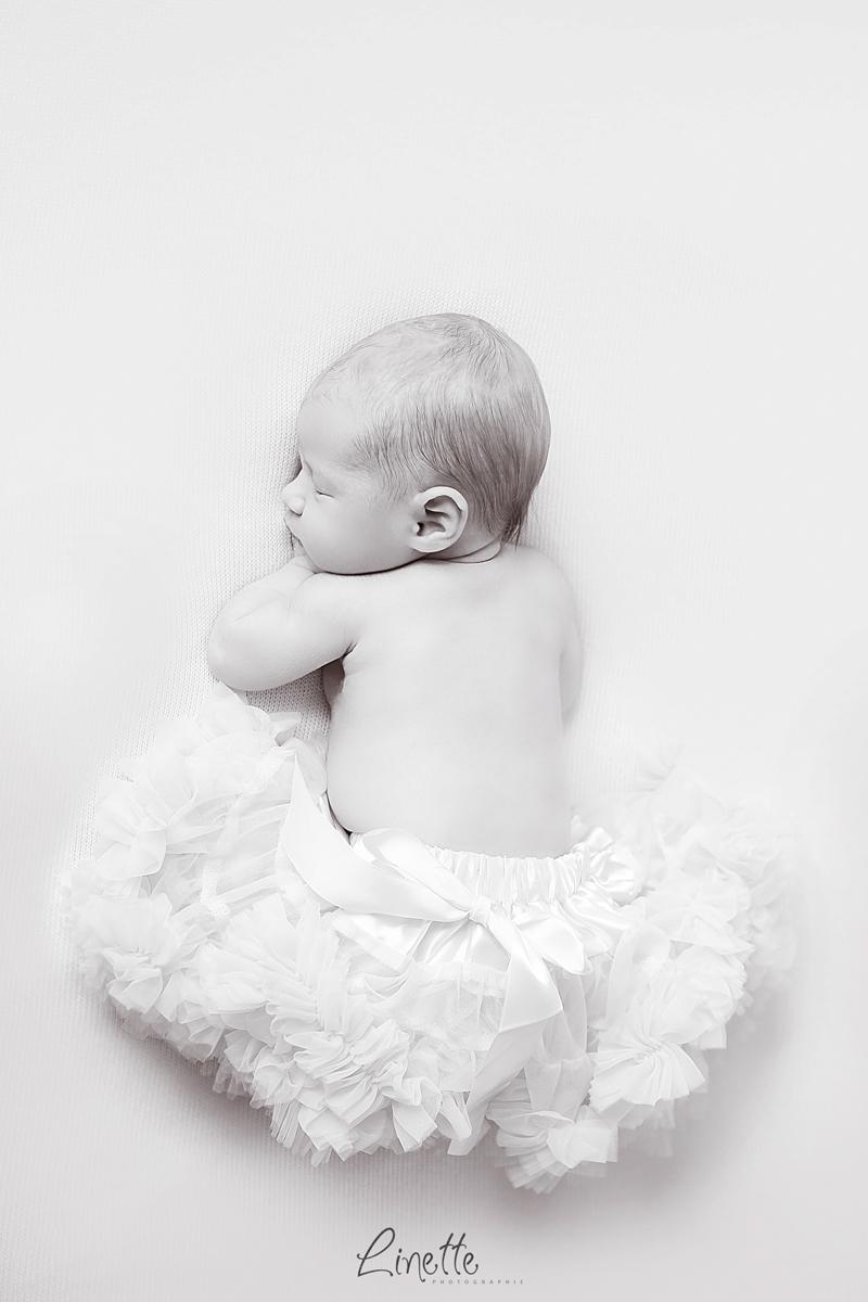 Photographe naissance lorraine bebe noir et blanc tutu